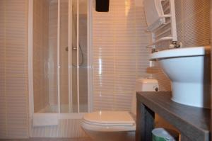 A bathroom at Stara Szkoła w Harszu