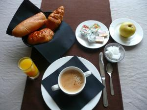 Breakfast options available to guests at Hôtel Atrium Mondial