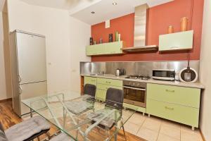 Кухня или мини-кухня в Apartments on Piskunova 5