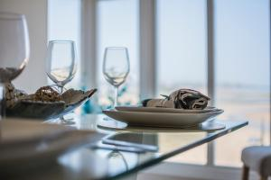 A restaurant or other place to eat at Beachfront sea-view apartments, peaceful & tranquil coastal escape, central location, 1 minute to the beach, uninterrupted sunset views, managed by Buoy and Oyster