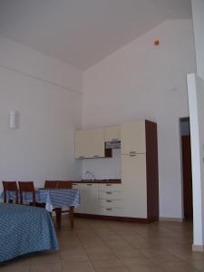 Kuhinja oz. manjša kuhinja v nastanitvi Resort Isola Rossa