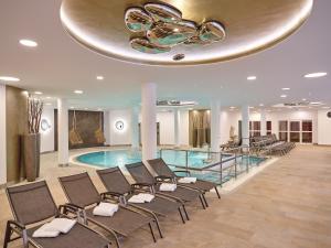 Der Swimmingpool an oder in der Nähe von Maximilian Quellness und Golfhotel