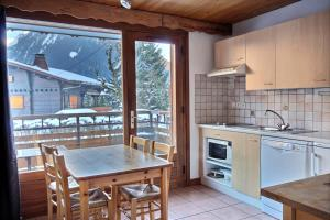 A kitchen or kitchenette at Appartement à 600m des remontées mécaniques, centre Morzine, chalet les Joux