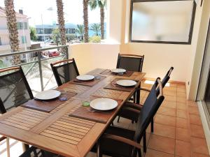 A restaurant or other place to eat at Apartment Le Magellan-2