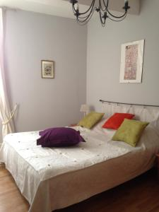 A bed or beds in a room at l'Arche des Chapeliers