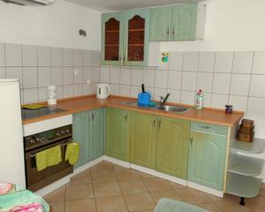 A kitchen or kitchenette at Apartament u Sikorek