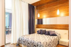 Кровать или кровати в номере Аппартаменты на Курортном Проспекте 105