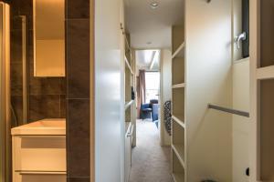 A bathroom at Houseboat-Apartment Sumatra