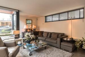 A seating area at Houseboat-Apartment Sumatra