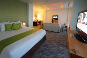 سرير أو أسرّة في غرفة في فندق نوفوتيل بزنس بارك الدمام