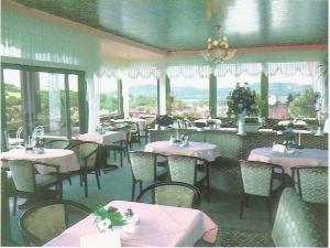 Ein Restaurant oder anderes Speiselokal in der Unterkunft Gästehaus Café Ruff