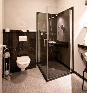 A bathroom at Haller Hotel Garni