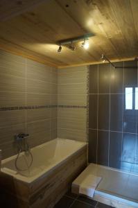 Salle de bains dans l'établissement Maison d'hôtes La Barmaz