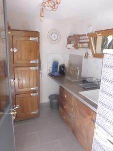 A kitchen or kitchenette at Clos Réginel Remparts Sud