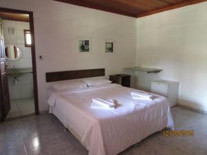 A bed or beds in a room at Pousada Alto do Bau