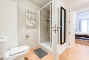 A bathroom at Sol Mayor Apartment