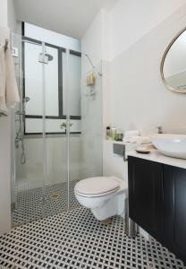 A bathroom at Reines5 TLV