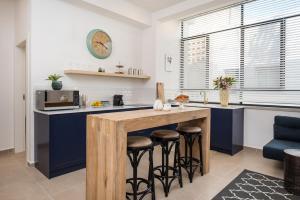 A kitchen or kitchenette at Reines5 TLV