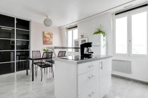 A kitchen or kitchenette at Welkeys Apartment Lovely view of Paris
