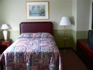 A bed or beds in a room at Brookside House Lodging