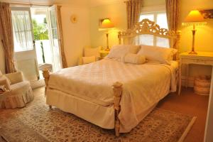 A bed or beds in a room at Peace and Plenty Inn