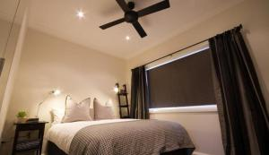 A bed or beds in a room at Apartments by Townhouse