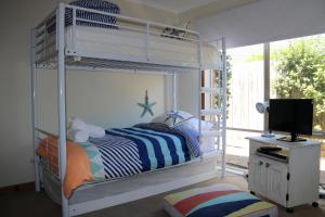 A bunk bed or bunk beds in a room at Stylish 2 Bedroom Unit
