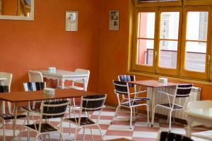 Un restaurante o sitio para comer en La Fonda Llobera