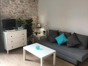 A seating area at Appartement Les remparts