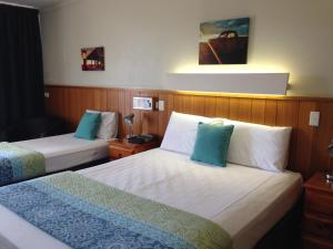 A bed or beds in a room at Gatton Motel