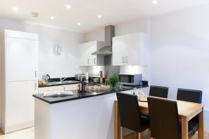 A kitchen or kitchenette at Watford Centre - Spacious Penthouse