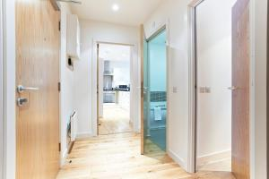 A bathroom at Watford Centre - Spacious Penthouse