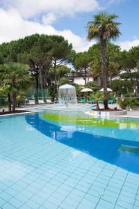 Bazén v ubytování Hotel Delle Nazioni nebo v jeho okolí
