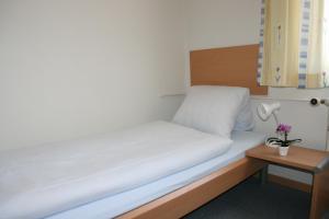 Ein Bett oder Betten in einem Zimmer der Unterkunft Hotel Glärnisch Hof