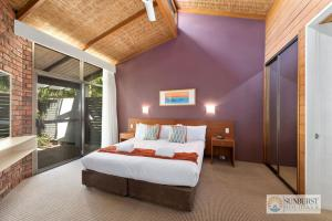 A bed or beds in a room at Sapphire Owl