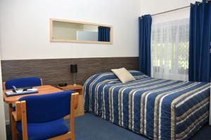 A bed or beds in a room at Chinchilla Motel