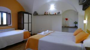 A bed or beds in a room at La Posada de Grimaldo
