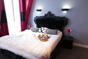 A bed or beds in a room at Idéal Hôtel Design