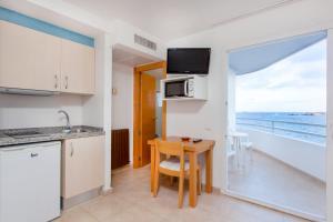 Een keuken of kitchenette bij Apartamentos Mar y Playa