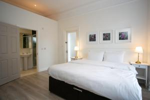 A bed or beds in a room at Merrion Road - Ballsbridge Townhouse