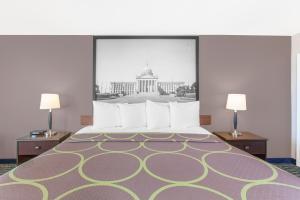 Postel nebo postele na pokoji v ubytování Super 8 by Wyndham Oklahoma City