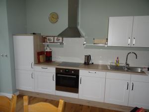 A kitchen or kitchenette at Ferienwohnung Bonn Sternenburgstraße 51