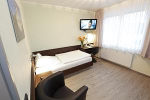 A bed or beds in a room at Hotel Kröger