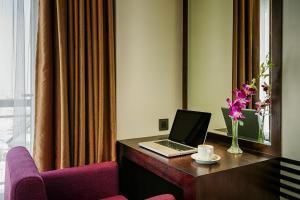 Телевизор и/или развлекательный центр в Sofia Suite Hotel Danang