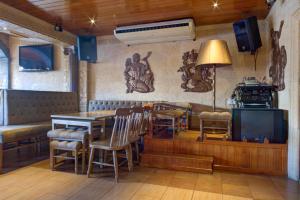 Um restaurante ou outro lugar para comer em Choromar Apartments