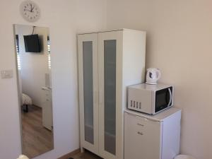 A kitchen or kitchenette at Ashdod Suites - Jabotinsky
