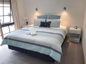 A bed or beds in a room at Stylish 2 Bedroom Unit