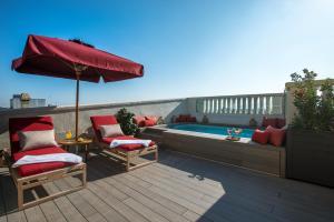 The swimming pool at or close to Vincci Mae