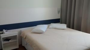 Кровать или кровати в номере Turis Hotel