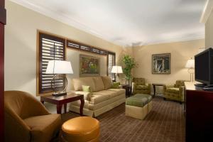 A seating area at Embassy Suites Orlando Lake Buena Vista South
